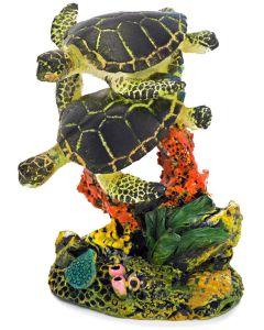 Simmande havssköldpaddor i koraller