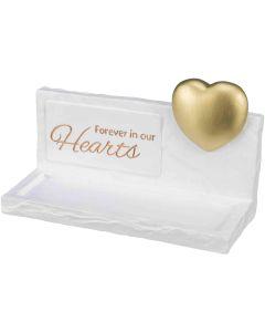 """Trixie Minnessten Hearts Vit. Upphöjt guldhjärta och text """"Forever in our Hearts""""."""